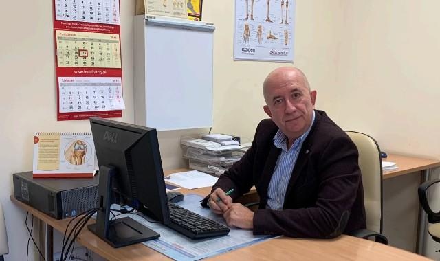 Dr Arkadiusz Wiatr, specjalista chirurgii urazowej i ortopedii w Szpitalu Zakonu Bonifratrów oraz szpitalu Angelius w Katowicach; skarbnik i prokurent Polskiego Towarzystwa Artroskopowego.