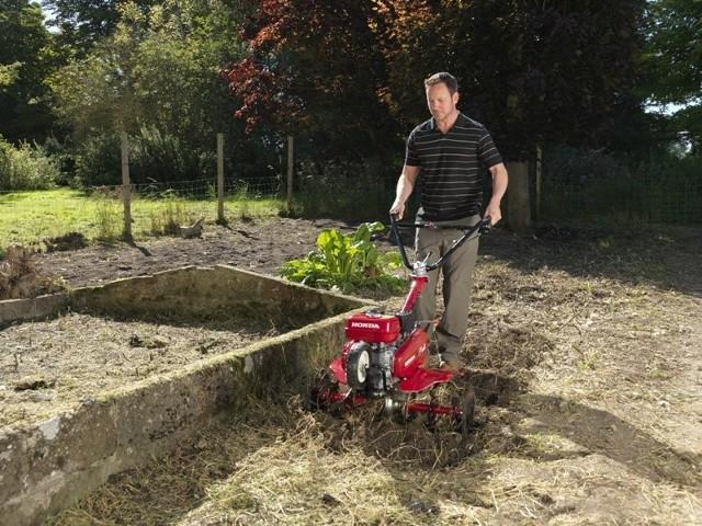 Praca w ogrodzie warzywnym za pomocą glebogryzarkiGleba w ogrodzie nigdy nie jest tak dobra, żebyśmy nie mogli jej jeszcze poprawić. Dzięki zabiegom poprawiającym jakość gleby, rośliny oraz trawnik będą lepiej wyglądać, ponieważ dostaną odpowiednią ilość tlenu i wody.