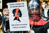 Strajk kobiet porównany do nazistów. TVP i marszałek Terlecki mają własną interpretację symbolu błyskawicy. Porównują ją do SS. Internet kpi