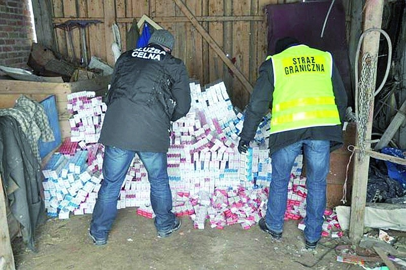 Funkcjonariusze straży granicznej i służby celnej wspólnie walczą z plagą przemytników. Od lat najbardziej popularny i opłacalny jest handel papierosami zza wschodniej granicy.