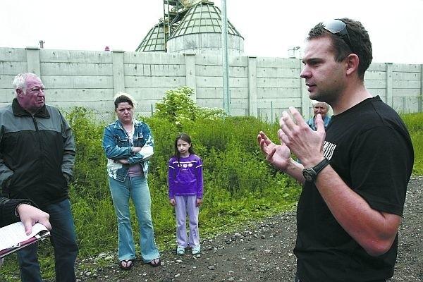 Sławomir Wojtkiewicz (z prawej) i inni mieszkańcy Białostoczka martwią się, że ich osiedle może przestać być bezpieczne