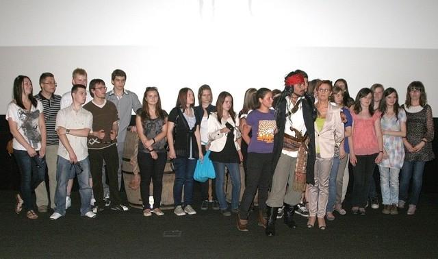 """Cała klasa III c przyszła w piątek wieczorem na seans najnowszej części """"Piratów z Karaibów"""" do kina """"Helios"""" w Radomiu."""