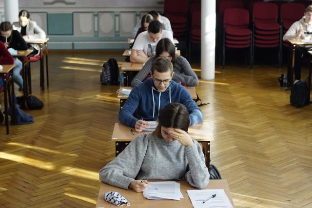 Matury próbne 2021 rozpoczęły się w środę, 3 marca i potrwają do 16 marca. Uczniowie zmagać się będą z arkuszami przygotowanymi przez Centralną Komisję Egzaminacyjną. Drugiego dnia odbędzie się egzamin z matematyki na poziomie podstawowym. Publikujemy arkusze CKE z egzaminu z matematyki na poziomie podstawowym.Sprawdź odpowiedzi--------->