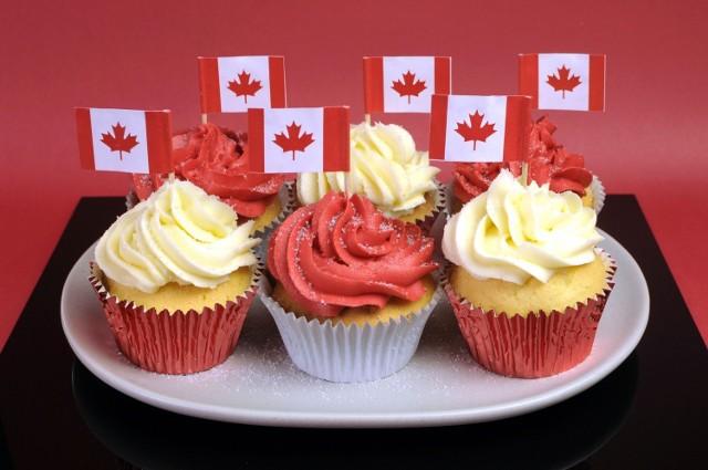 1 lipca w Kanadzie obchodzi się tak zwany dzień niepodległości. W ten dzień Kanadyjczycy chętnie jedzą muffinki w barwach flagi oraz desery z truskawkami  (głównie jest to mus waniliowy z truskawkami).