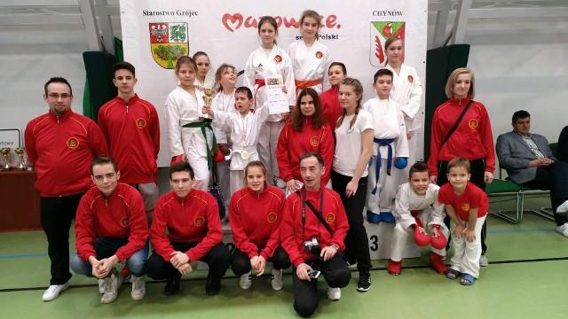Zawodnicy Łódzkiego Klubu Karate Shotokan z nagrodami i dyplomami za udział w turnieju Mazovia Cup