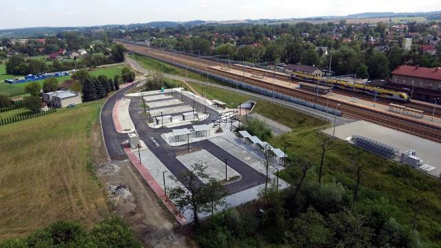 Park&ride po północnej stronie stacji PKP w Podłężu zostanie otwarty przed końcem wakacji. Jest tam 120 miejsc dla postojowych, a kolejnych 60 powstanie na P&R Podłęże Południe