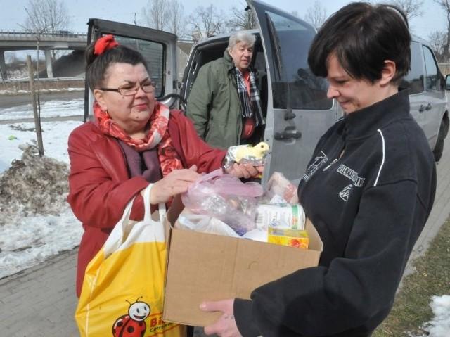Waleria i Ryszard Horodyńscy już wcześniej pomogli rodzinie pani Marcjanny przywożąc do Klępska lodówkę. Teraz przygotowali produkty na wielkanocny stół, a także prezenty dla trójki maluchów, Filipa, Asi i Hani.