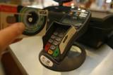 Implant do płatności zbliżeniowych w dłoni. Wynalazek Polaka zdobywa coraz większą popularność