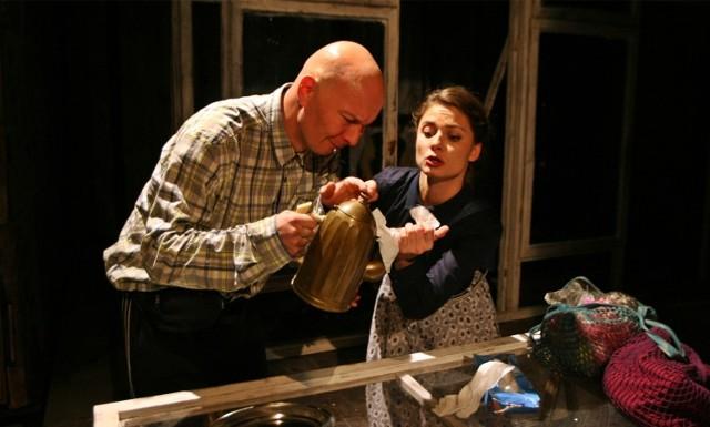 Tomasz Maśląkowski (Piotr) i Anna Zych (Pani Ania) dają z siebie wszystko. Dzięki nim widz odkrywana na nowo dziecięcą radość