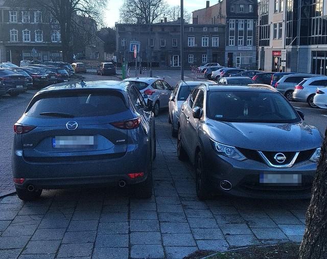 """Nasz Czytelnik przyłapał mistrzów parkowania na chodniku, na ul. Chopina w Zielonej Górze. Zastawili chodnik niemal całkowicie.Kierowcy kilku samochodów zablokowali chodnik na ul. Chopina. Jak zauważył nasz Czytelnik, nie było jak przejść. - Rozumiem brak wolnych miejsc do parkowania, ale do tego nie służy chodnik. Rotacja na parkingu jest na tyle duża, że znajdzie się wolne miejsce. W dodatku kilkadziesiąt metrów wyżej były wolne stanowiska - opisał. Czytaj również: Pożar samochodu na """"starej trójce"""". Kierowca ma poparzoną twarz. Auto spłonęłoWIDEO: Lubuscy autodranie"""