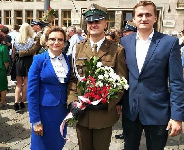 Wojewoda Agata Wojtyszek podczas promocji syna Wiktora na pierwszy stopień oficerski. Z prawej drugi syn Maciej.
