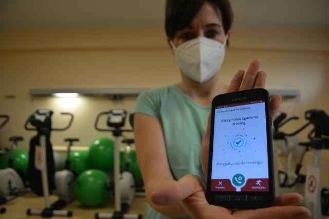Etap drugi realizowany jest w domu, gdzie pacjent wykonuje  sesje treningowe, których  nauczył się podczas etapu I, nadzorowane zdalnie z użyciem narzędzi telemedycznych – przenośnego ekg bluetooth, ciśnieniomierza bluetooth, wagi ciała bluetooth z natychmiastową  transmisją danych do fizjoterapeuty/lekarza oraz możliwością  kontaktu telefonicznego lub poprzez dedykowaną aplikację mobilną.