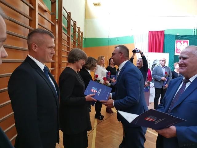 Podczas obchodów wręczono 15 nagród Starosty Sandomierskiego. Od prawej Tomasz Huk przewodniczący Rady Powiatu i Marcin Piwnik sandomierski starosta.