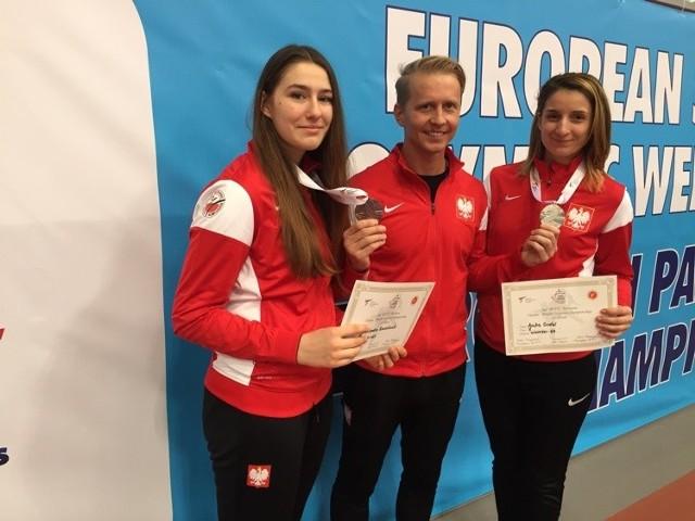Trener reprezentacji i poznańskiego AZS, Łukasz Scheffler ze swoimi podopiecznymi, brązową medalistką Aleksandrą Kowalczuk (z lewej) i srebrną medalistką Aniką Godel-Chełmecką