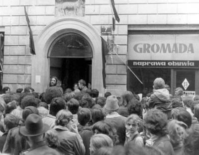 Przed bramą kamienicy, w której zamordowano Stanisława Pyjasa, zdjęcie operacyjne SB Fot. ze zbiorów IPN