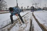 Walka ze zwrotnicami. To one blokują tramwaje w całym Wrocławiu [ZOBACZCIE ZDJĘCIA]