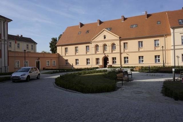 Powiat prowadzi dwa ośrodki szkolno-wychowawcze. Jeden w Owińskach (na zdjęciu) dla niewidomych, w którym uczą się dzieci z całej Polski, a drugi w Mosinie dla uczniów z niepełnosprawnością intelektualną