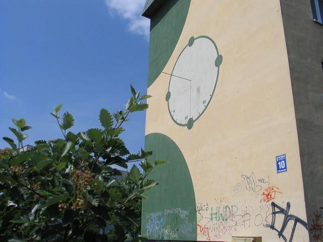Wiele domów w Inowrocławiu upstrzonych jest takimi malunkami