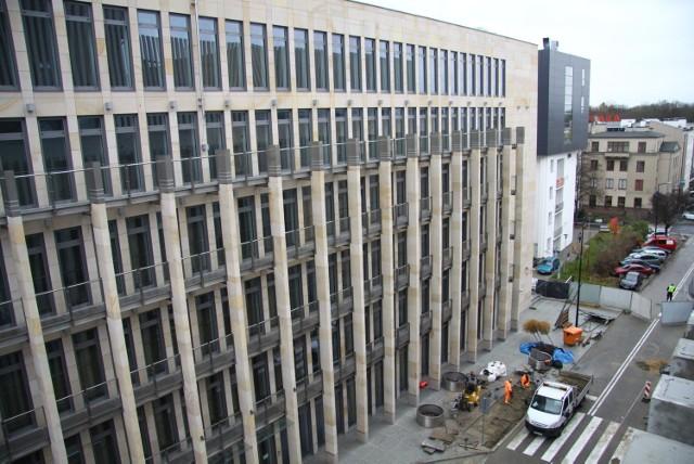 Od kilku tygodni około 700 urzędników pracuje w nowym gmachu przy ul. Grottgera, wybudowanym za ponad 63 mln zł.