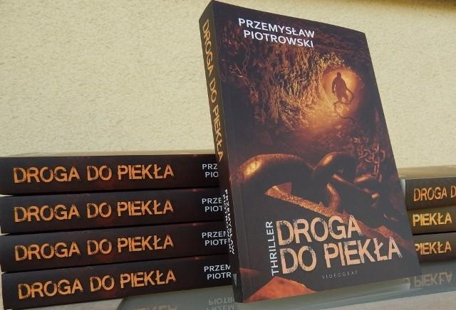 """""""Droga do piekła"""" to druga - po """"Kodzie Himmlera"""" - powieść Przemysława Piotrowskiego."""