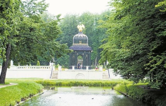 Tak współcześnie wyglądają ogrody Pałacu Branickich. Tu widok na Pawilon pod Orłem, jedną z największych atrakcji dawnej rezydencji. Konstrukcja została odbudowana w 2010 roku.