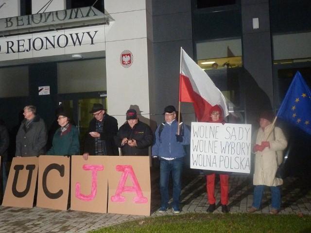 Protest przed sądem w Starachowicach w obronie demokracji
