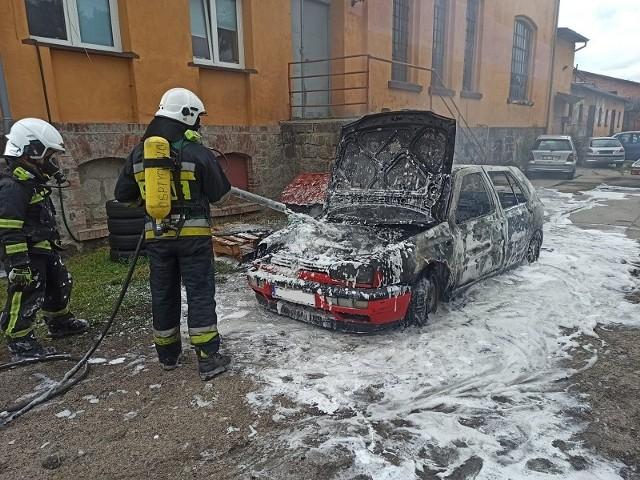 Spektakularna akcja: płonął samochód w Tychowie