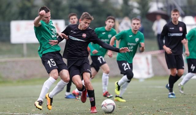 Resovia II (czarne stroje) po awansie do 4 ligi może zagrać nawet 42 mecze w sezonie. Sawa Sonina (zielone koszulki) została w 19-zespołowej okręgówce, gdzie zagra prawdopodobnie 36 spotkań.