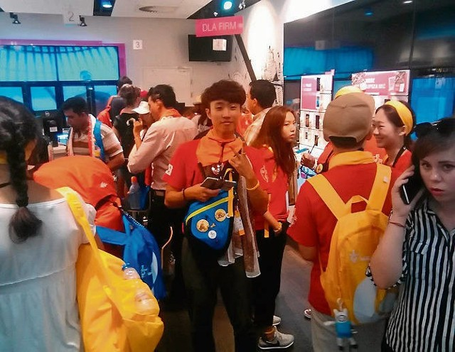 W kolejce do salonu T-Mobile Ji Hun Jeong nie tracił dobrego humoru