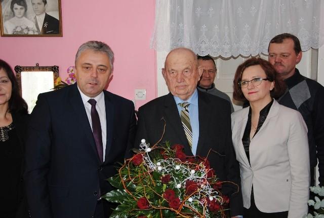 Leonowi Kalecie z okazji 105 urodzin życzenia osobiście złożyli wojewoda świętokrzyski Agata Wojtyszek i wójt Imielna Zbigniew Huk.