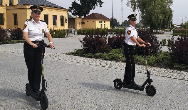 Wrocław to nie jedyne miasto, gdzie straż miejska otrzymała hulajnogi elektryczne. Na zdjęciu - strażnicy miejscy ze Starogardu Gdańskiego