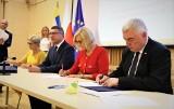 56 milionów złotych dla 21 samorządów ze Świętokrzyskiego na realizację inwestycji związanych z zieloną energią oraz rewitalizacją [LISTA]