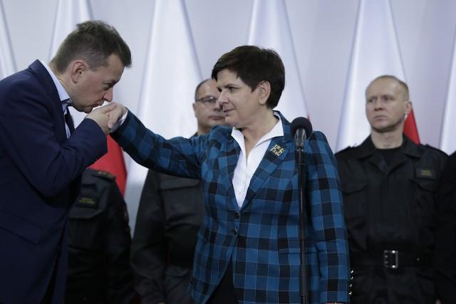 Najwięcej, bo w sumie 82 100 zł otrzymał były szef MSWiA Mariusz Błaszczak. Najniższa nagroda wyniosła  65 100 zł i trafiła m.in. do byłej premier Beaty Szydło.