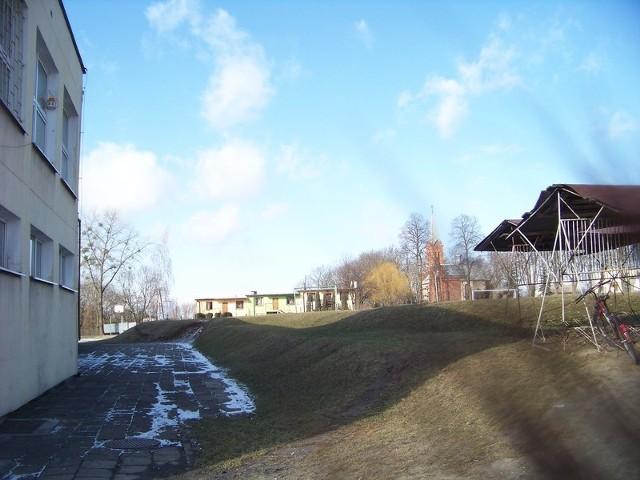Zanim rozpocznie się budowa nowej sali, trzeba będzie wyrównać teren obok szkoły w Kłóbce.