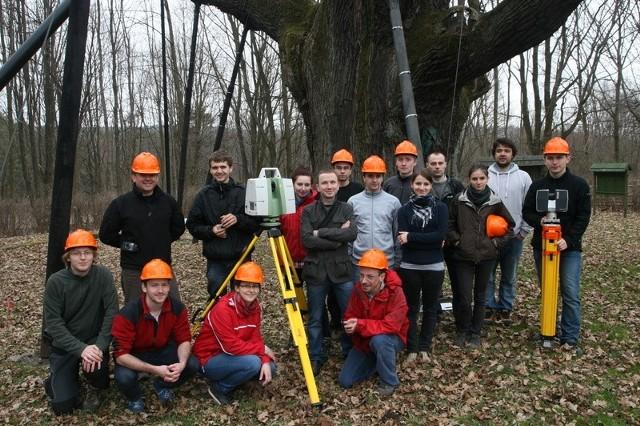 Grupa studentów biorących udział w skanowaniu Bartka. Pierwszy z lewej stoi Piotr Wężyk.