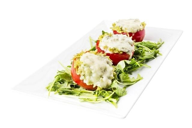 Pomidory malinowe nadziewane makaronem z pesto z rukoli i serem pleśniowym