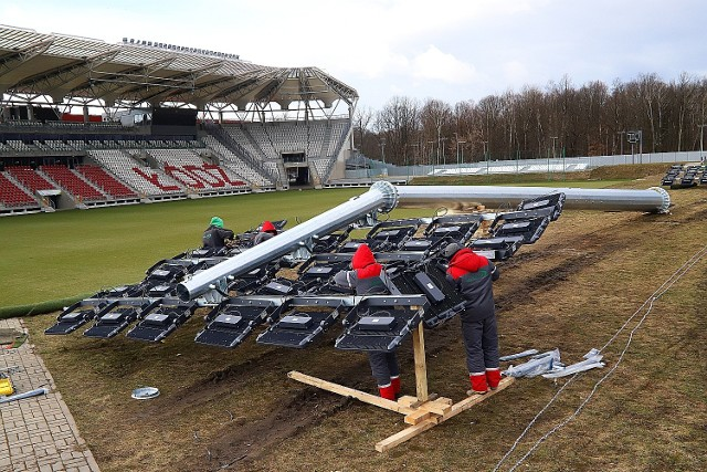 Na stadionie ŁKS rozpoczął się montarz nowych trzech słupów oświetleniowych. Jest to bardzo nowoczesne energooszczędne oświetlenie typu LED. Nowe oświetlenie stadionu spełni wszystkie normy a miasto  zapłaci 3 173 000 zł.