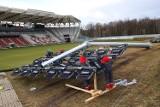 Oświetlenie stadionu ŁKS. Rozpoczął się montaż nowych słupów oświetleniowych