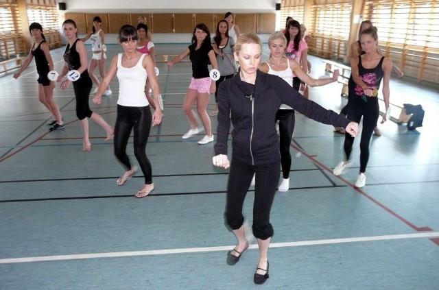 Kandydatki do tytułu Miss Miedwia 2009 ćwiczą w sali gimnastycznej na terenie kompleksu sportowego w Kołobrzegu.