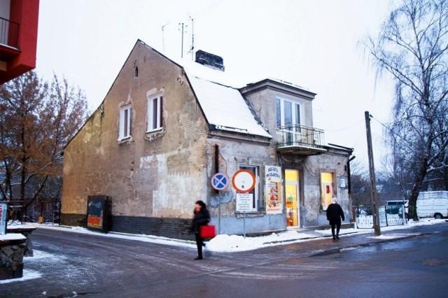 Wokół okien są (typowe dla późnego klasycyzmu) dekoracyjne opaski, oficyna z obniżonym dachem jest zaś modernistyczna.