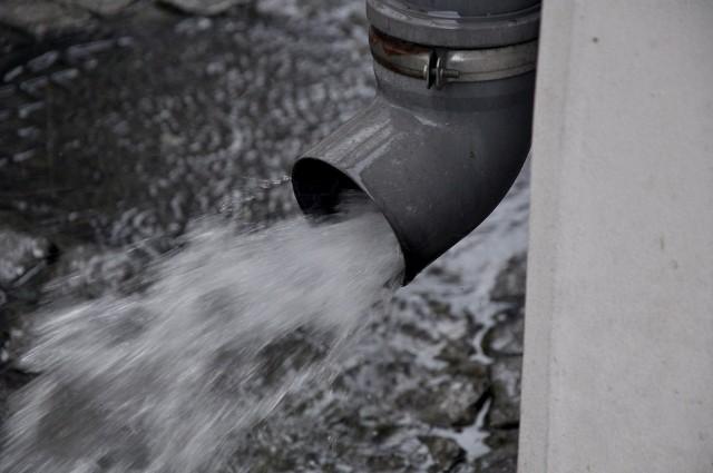 Większość gmin ciągle nie przesłała mieszkańcom informacji o wysokości opłat za deszczówkę.