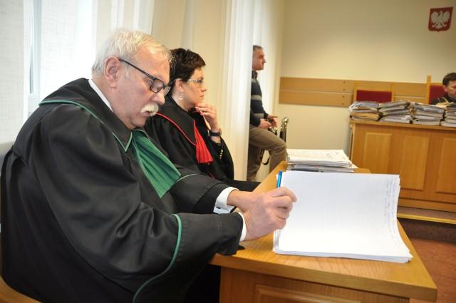- Nie ma żadnych dowodów, aby oskarżony miał doznać wstrząśnienia mózgu - twierdzi mecenas Paweł Sidowski (na pierwszym planie), reprezentujący rodziny ofiar wypadku.