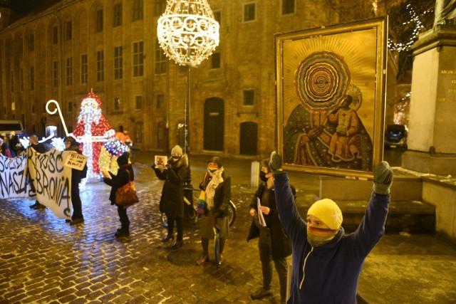 Toruńska Brygada Feministyczna zorganizowała kolejną manifestację w Toruniu. Kobiety wyraziły solidarność z aktywistkami z Płocka oskarżonymi o obrazę uczuć religijnych. Zobaczcie zdjęcia!