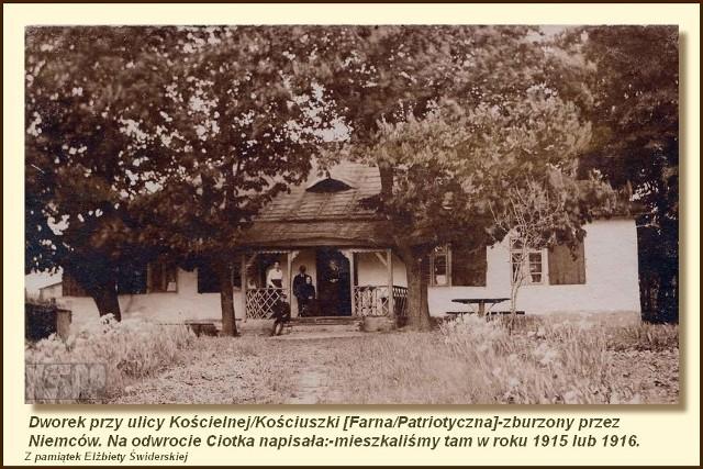 Tego dworku już dawano nie ma. Znajdował się przy skrzyżowaniu obecnej ul. Farnej i Patriotycznej, przed laty była to ul. Kościelna i Kościuszki. Dworek został zniszczony przez Niemców. Zdjęcie to pochodzi z archiwum rodzinnego Elżbiety Świderskiej. Na jego odwrocie jej ciotka napisała, że mieszkała tam w 1915 lub 1916 roku.