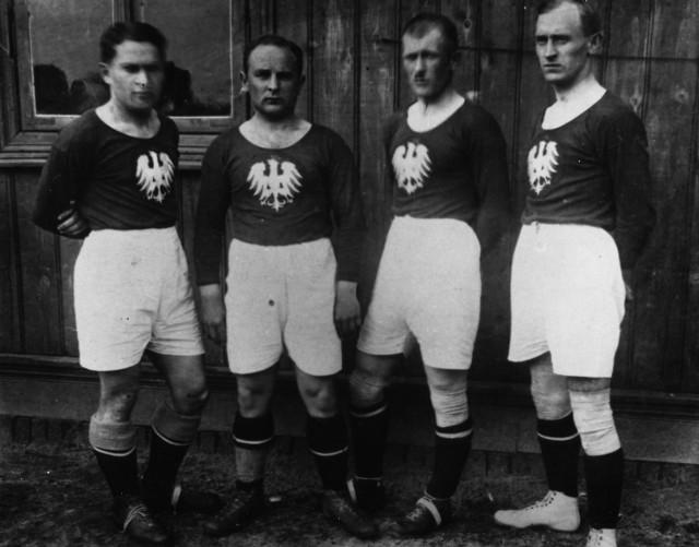 Ełkaesiacy przed meczem z Turcją przy al. Unii, od lewej: Karol Hanke, Zygmunt Otto, Władysław Karasiak, Wawrzyniec Cyll