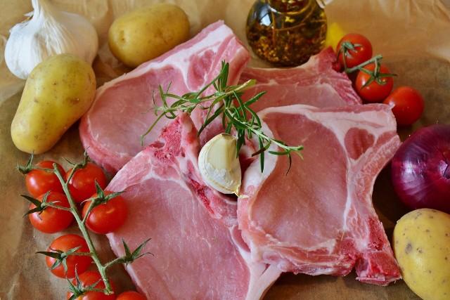 """""""(...)Mięso z dodatkami lub/ i poddane procesom przetwarzania traci właściwości mięsa świeżego i nie może być wprowadzane do obrotu pod nazwą sugerującą mięso, np. schab wieprzowy (...) - wyjaśnia Główny Inspektorat Jakości Handlowej Artykułów Rolno-Spożywczych"""