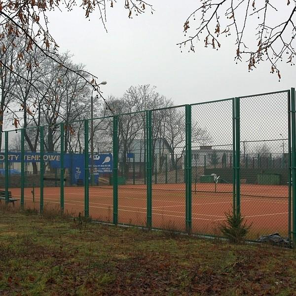 Kawałek gruntu, o którym mowa, to dwa ziemne korty tenisowe, znajdujące się obok Zespołu Szkół nr 2 przy ulicy Gdańskiej.