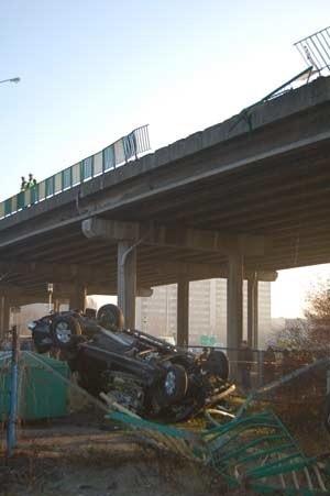 Samochód spadl z wiaduktuSamochód spadl z wiaduktu