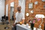 """Wojciech Praszkiewicz 14 lat był stylistą fryzur w Londynie, dbał o wiele gwiazd. Teraz wrócił do Kielc i otworzył salon """"Hush"""" (WIDEO)"""
