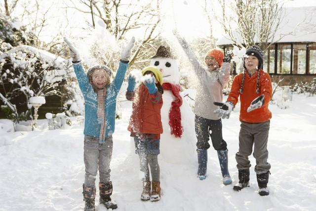 Czwartkowy poranek (8 grudnia) przywitał nas bardzo... ciepło. Gdyby nie data w kalendarzu, niektórzy z nas mogliby pomyśleć, że mamy wczesną wiosnę. Trzeba przyznać, że 6 stopni Celsjusza w grudniu, to nieczęste zjawisko. Kiedy zatem spadnie tak bardzo upragniony przez dzieci śnieg i czy będziemy obchodzić w tym roku białe Boże Narodzenie? To jedno z najczęściej zadawanych pytań.Niestety odpowiedź nie jest optymistyczna. Ostatnie zimy były stosunkowo ciepłe i dosyć skąpe w śnieg, dlatego też istnieje duże prawdopodobieństwo, że i ta obecna taka właśnie będzie. Patrząc na nadchodzące prognozy, wiele wskazuje na to, że kolejny grudzień będzie zdecydowanie dla zwolenników cieplejszych klimatów. Oczywiście inaczej to wygląda na południu Polski. Tam zima rozgościła się na dobre. W Zakopanem sypnęło śniegiem, na drogach w Białymstoku szklanka, a na Podhalu słupki termometrów spadły do minus 10 stopni. Ale dla niektórych takie warunki to nic strasznego. - Kiedyś to były zimy, półtora, dwa metry śniegu do pasa. A teraz jakie to zimy? Żadne - mówi mieszkanka Białegostoku.W Lubuskiem natomiast zdecydowanie więcej będziemy mieć dni deszczowych, aniżeli tych obfitych w opady śniegu. Ponadto jeśli przewidywania synoptyków się potwierdzą, to niewiele powinno się zmienić także na przestrzeni najbliższych dwóch miesięcy. Zdaniem specjalistów od pogody powinniśmy mieć dość łagodny grudzień i styczeń bez specjalnych mrozów i obfitych opadów białego puchu. Niestety nadejście nowego roku przyniesie ze sobą jedynie deszcz i deszcz ze śniegiem. Oczywiście warto się nieco zdystansować, jeśli chodzi o opinie synoptyków. Pogoda już niejednokrotnie zaskakiwała i nie jest wykluczone, że tak będzie i tym razem. Kto wie, może mimo nieprzychylnych prognoz, jednak będziemy świadkami białego Bożego Narodzenia? Tyle, jeśli chodzi o pogodę na najbliższe dwa miesiące, a jak będzie podczas weekendu? Niestety i tu nie mamy dobrych wieści.    źródło: TVN24Przeczytaj też:   Najniebezpieczniejsze selfie 